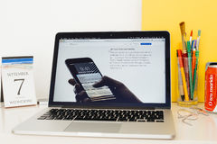 Sito Web dei calcolatori Apple che montra il tocco 3d Fotografia Stock Libera da Diritti