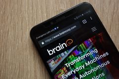 Sito Web di Brain Corp visualizzato su uno smartphone moderno immagini stock libere da diritti