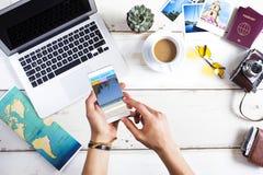 Sito Web di prenotazione di viaggio in schermo del telefono cellulare immagine stock libera da diritti