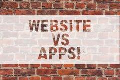 Sito Web di scrittura del testo della scrittura contro i Apps Concetto che significa dubbio fra usando una pagina Web o un matton fotografia stock