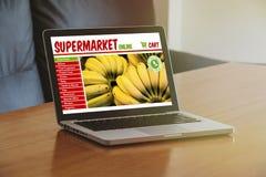 Sito Web online del supermercato in un computer portatile Fotografia Stock Libera da Diritti