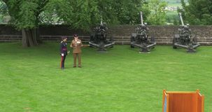 Sitrling,苏格兰- 2 Juny 2017年:斯特灵城堡军事监护人谈话