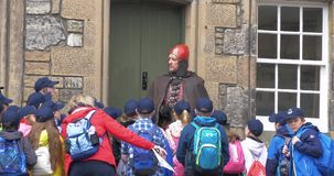 Sitrling, Σκωτία - 2 Ιουνίου 2017: Στρατιωτικός ντυμένος οδηγός στο κάστρο Stirling που μιλά στους μαθητές απόθεμα βίντεο