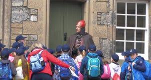 Sitrling, Schotland - 2 Juni 2017: Militaire geklede gids in Stirling-kasteel die aan leerlingen spreken stock videobeelden