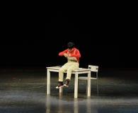 Sitt på skrivbordet till lek-reflexionen på Utbildning-folk i den stora etappen Royaltyfri Bild