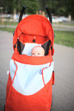 sitta barnvakt stroller Royaltyfria Bilder