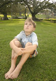sitta för park som är stads- Royaltyfri Foto