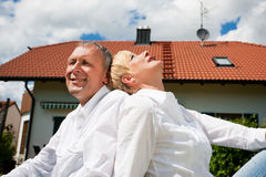 sitta för pensionär för par som främre home är deras Royaltyfri Fotografi