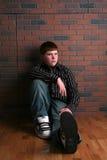 sitta för pojkegolv som är tonårs- Royaltyfri Fotografi