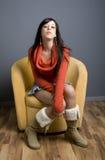 sitta för stolsflicka som är teen royaltyfri foto