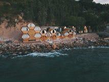 Sitta hem bredvid stranden fotografering för bildbyråer