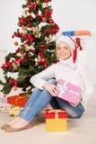 Sitta nära julgranen. Royaltyfri Fotografi