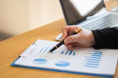 Sitta och punkt för affärsfolk till grafen royaltyfria bilder