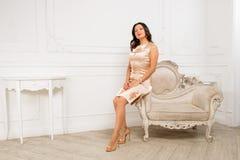 Sitta på armen av stolen Royaltyfri Foto