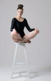Sitta på en hög stol Arkivbild
