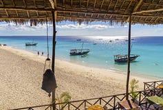 Sitta på kafét nära Indiska oceanen i Zanzibar, Tanzania, Afr arkivbild