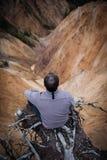 Sitta på kanten av en klippa Arkivfoton