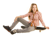 Sitta på skateboarden Royaltyfri Foto