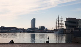 Sitta på skeppsdockan av fjärden, Barcelona royaltyfri foto