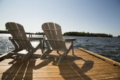 Sitta på skeppsdockan av fjärden, Kenora, från vattnet av sjön av träna royaltyfria foton
