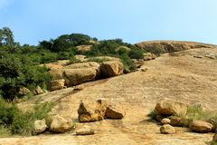 sittanavasal洞寺庙复合体美妙的热带小山风景  免版税库存照片
