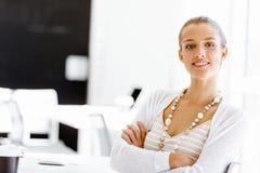 sittande arbetare för attraktivt skrivbordkontor royaltyfri fotografi