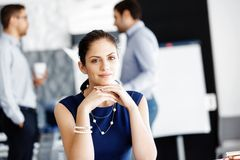sittande arbetare för attraktivt skrivbordkontor royaltyfri foto