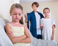 Sittande avvikelse för barn av pojken och flickan royaltyfri bild