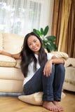 sittande barn för asiatisk golvflicka Arkivbilder