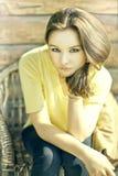sittande bedöva för skönhetbrunettstol Royaltyfri Fotografi