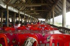 Sittande beställning för thailändskt familjfolk och ätamat i lokal restaurang Arkivbild