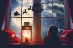 sittande fönster för flicka royaltyfria foton