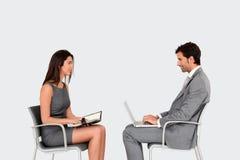 Sittande framsida för affärsfolk - till - framsida och samtal Arkivfoton