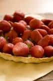 sittande jordgubbar för nytt bakelseskal Royaltyfri Fotografi