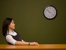 sittande kvinna för asiatiskt skrivbord arkivbild