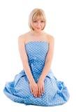 sittande kvinna för blå prickklänningpolka Arkivbild
