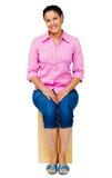 sittande kvinna för blandad race Royaltyfri Foto