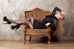 sittande kvinna för fåtölj arkivfoton