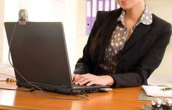 sittande kvinna för främre bärbar datorkontor Royaltyfria Foton