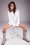 sittande kvinna för härlig stol arkivfoto