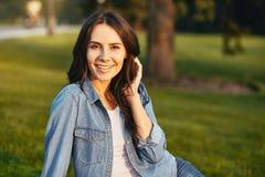 sittande kvinna för park fotografering för bildbyråer