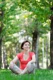 sittande kvinna för park Arkivbilder