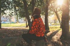 sittande kvinna för park Arkivfoton