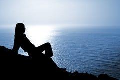 sittande kvinna för silhouette fotografering för bildbyråer