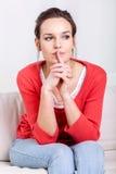 sittande kvinna för soffa fotografering för bildbyråer