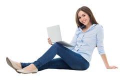 sittande kvinnabarn för bärbar dator Royaltyfri Foto
