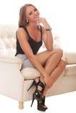 sittande kvinnabarn för härlig soffa royaltyfri fotografi