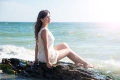 sittande kvinnabarn för strand Arkivfoto
