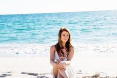 sittande kvinnabarn för strand Royaltyfri Foto