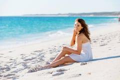 sittande kvinnabarn för strand Royaltyfria Bilder